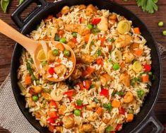Esta deliciosa receta de arroz con pollo y verduras muestra cómo preparar un plato completo, delicioso y perfecto para una dieta sana. apunta los trucos Aroz Con Pollo, Mexican Food Recipes, Healthy Recipes, Ethnic Recipes, Chicken Recepies, Colombian Food, Batch Cooking, Fried Rice, Food Network Recipes