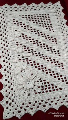 Tapete vertical Destaque na for faltou 😄 This Pin was discovered by Sto Arquivo PDF com o seguinte pas Crochet And Knitting Mega Combo Crochê e Amigurumi Crochet Kitchen, Crochet Home, Free Crochet, Knit Crochet, Crochet Doily Patterns, Crochet Doilies, Crochet Flowers, Crochet Table Runner, Crochet Tablecloth