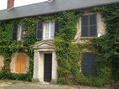 La maison de Villeneuve sur Fère telle que je l'ai vue. Je me souviens de cet escalier de cet ancien presbytère, usé par les pas et du jardin: un havre de paix.