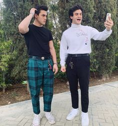 ethan looks precious and gray looks so confused Dollan Twins, Cute Twins, Ethan And Grayson Dolan, Ethan Dolan, Dolan Twins Wallpaper, Dolan Twins Memes, Celebs, Celebrities, Gorgeous Men
