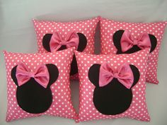 almofada minnie rosa  tamanho 30 x 30    pedido mínimo de 10 unidades R$ 15,90 Cute Cushions, Cute Pillows, Baby Pillows, Throw Pillows, Felt Crafts, Diy And Crafts, Rideaux Shabby Chic, Sewing Crafts, Sewing Projects