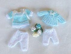 miniaturas de Xisca: Aqua y Blanco Knitting Dolls Clothes, Baby Doll Clothes, Crochet Doll Clothes, Knitted Dolls, Doll Clothes Patterns, Doll Patterns, Crochet Toys Patterns, Crochet Designs, Baby Shower Souvenirs