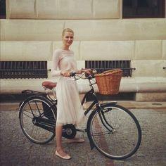 How To Dress Like A True Parisian This Spring | 1000 Bike Storage Design, Bike Design, Cycle Chic, Bike Icon, Mountain Biking Women, Bike Photography, Urban Bike, Bike Style, Fashion Outfits