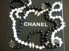 Le comble du chic, ce sautoir Chanel à porter sur une tenue casual pour un effet maximal.