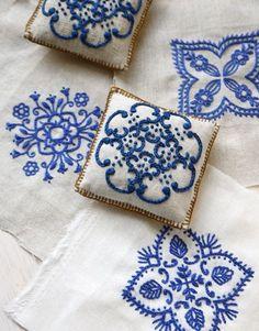 Pin cushions - Alfileteros Pincushion embroidery blue on white Japanese Embroidery, Ribbon Embroidery, Embroidery Art, Cross Stitch Embroidery, Embroidery Patterns, Machine Embroidery, White Embroidery, Cushion Embroidery, Sashiko Embroidery