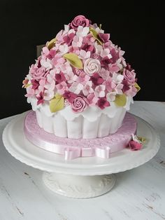 Giant cupcake, covered in flowers Large Cupcake Cakes, Big Cupcake, Fancy Cakes, Giant Cookie Cake, Giant Cupcakes, Pretty Cakes, Cute Cakes, Bolo Paris, Tolle Cupcakes
