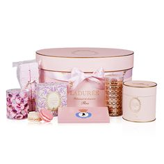 This very feminine case contains a wealth of sweets and gourmandises: macarons, palet biscuits, chocolates, tea, meringues and marshmallows....