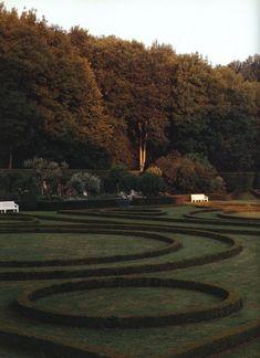 Parterre in Hubert De Givenchy garden at Le Jonchet. I love boxwoods. Formal Gardens, Outdoor Gardens, Landscape Design, Garden Design, Growing Greens, Dream Garden, Hedges, Amazing Gardens, The Great Outdoors