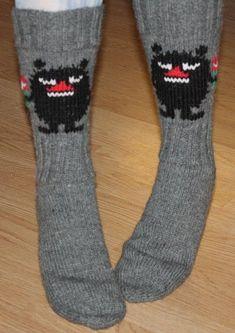 Pikapiirros Haisulista talteen ennen kuin sukat lähtevät maailmalle: Kuvion leveys on 26 silmukkaa, korkeus 31 silmukkaa. Suorat viiva... Wool Socks, Knitting Socks, Moomin, Mittens, Needlepoint, Knitting Patterns, Knit Crochet, Cross Stitch, Sewing