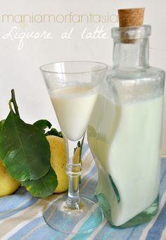 liquore al latte profumato al limone Cocktail Drinks, Alcoholic Drinks, Beverages, Latte, V8 Juice, Homemade Liquor, Beautiful Fruits, Wine And Liquor, Alcohol Recipes