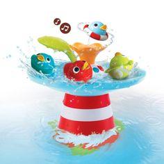 35€La course aux canards est un jouet de bain amusant et musical. L'enfant appuie sur la feuille pour mettre le courant en marche, la course des canards démarre. Comme les canards portent chacun un numéro, l'enfant suit ces 4 animaux de bain pendant leur course. Posé sur le dessus de la fontaine, chaque canard crée un jet d'eau différent. Avec ce jeu de bain, l'enfant s'amuse tout en développant sa concentration, la précision de ses gestes et expérimente la relation de caus