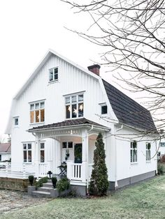 Julpyntat med naturmaterial – kika in i Dutch Colonial Exterior, White Farmhouse Exterior, Modern Farmhouse, Farmhouse Ideas, Swedish Cottage, Swedish House, Wooden House, Scandinavian Home, White Houses
