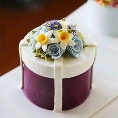 Chinese student's work.. Buttercream flower cake... #koreanbuttercream #giftbox #cake #cakeicing #buttercream #flower #flowers #flowercake #buttercreamflowers #flowercake #kissthecake #blossom #hatbox #2016 #1 #케익 #케이크 #플라워케이크 #꽃 #버터크림 #키스더케이크