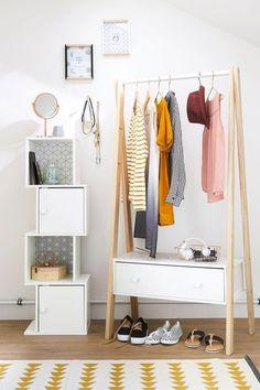 Portant à vêtements, barre de penderie en pin, coloris blanc - prix : 129 euros. Colonne dimensions : 38 x 30 x 120 cm - prix : 129,99 euros