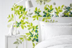 Foliage Decorazione autoadesiva Elsabo di Ikea, perfetta su pareti e mobili come la testiera del letto e il comodino in foto.
