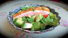 Salade de saumon, tomates cerise, avocat... Tous les détails ici : http://babybuzz.fr/gourmande/recette-anti-stress-salade-estivale-en-5-chrono/