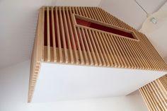 L'ouverture horizontale crée une vue sur la chambre de Tiago, elle a permis aussi de passer les matelas, l'escalier étant trop étroit.