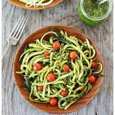 Macarrão de abobrinha com pesto. Essa receita de pesto é uma adaptação da original, é mais saudável e nutritiva, além de ser #vegan (sem lactose). O espinafre é uma verdura rica em ferro, e o limão, por conter vitamina C, auxilia a absorver ainda mais esse ferro. Tudo de bom! Receita mais detalhada no blog! #receitasdenutri ▃▃▃▃▃▃▃▃▃▃▃▃▃▃▃▃▃▃▃▃ Pesto Nutritivo Ingredientes: 1 copo de manjericão (folhas frescas) 1 copo de espinafre (folhas cruas) Sumo de 1/4 de um limão 1 dente de alho 1/2 de…
