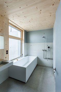 Haus in Vorarlberg, miss_vdr architektur. Vi piace questo bagno? Anche noi potremmo pensare di lasciare il soffitto in legno a vista. #lovligianna