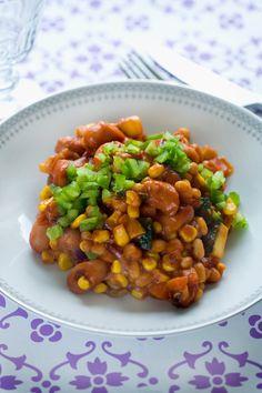 Pølseret med chili-bønner  Super lækker og fiberrig pølseret med chilibønner, squash, peberfrugt og gulerødder