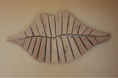 Best 12 Quirky Pallet Lips by B&K Design. You can see a bit more of the structure and shapes – SkillOfKing. Wooden Wall Art, Diy Wall Art, Wood Wall, Arte Pallet, Pallet Art, Diy Wand, Wall Terrarium, Mur Diy, Hallway Designs