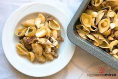 La pasta boscaiola al forno è un piatto gustosissimo fatto con gli ingredienti classici della boscaiola: speck, funghi, piselli e scamorza affumicata.