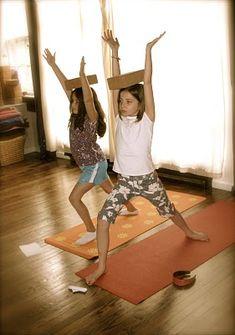 Pietjes Leren balanceren, evenwicht bewaren, concentreren, stil zijn...met kadootjes op hun hoofd