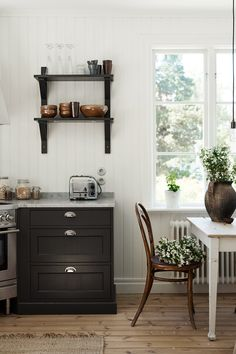 A Dreamy Swedish Country Home (my scandinavian home) – toptrendpin. Old Farmhouse Kitchen, Rustic Kitchen, Farmhouse Table, Kitchen Ideas, Kitchen Decor, Kitchen Design, Decor Interior Design, Interior Decorating, Scandinavian Kitchen