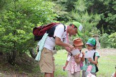 ウォーキングのアクティビティに精通した日野先生(倉吉幼稚園)は、子どもたちに「バルタン」と呼ばれて、慕われています。  Mr.Hino called Baltan, who is a teacher of Kurayoshi kindergarten, shows a lot of activities while walking to make children be interested in walking.