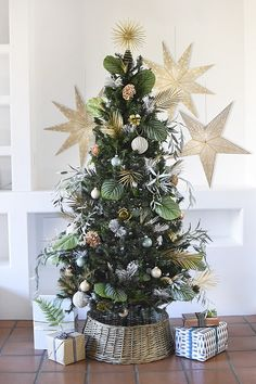 Learn how to style a gorgeous Monochromatic Plant and Nature Inspired Christmas Tree for your home this holiday season. Delineate Your Dwelling #monochromaticchristmastree #naturechristmastree #plantchristmastree