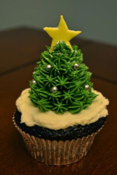 Chocolate Christmas Cupcakes - Christmas trees are strawberries covered in buttercream and decorated with fondant stars and silver dragees. Christmas Chocolate, Christmas Sweets, Noel Christmas, Christmas Goodies, Christmas Baking, Christmas Cupcake Cake, Holiday Cakes, Holiday Treats, Yummy Cupcakes