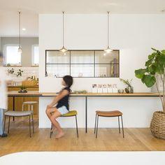 . キッチンの壁に室内窓をつければ 独立キッチンでも子どもの様子を見ることができます。 機能性だけでなく、 お洒落なカフェやデリカテッセンのような雰囲気で インテリアとしても優秀。 . 壁伝いに作ったL字のダイニングテーブルは 食事だけでけでなく、読書や子どもの宿題など 活用の幅が広い場所です。 #ダイニング#キッチン#造作ダイニグテーブル#室内窓#カフェ風#ナチュラル#キタワークス#タイル張り#アクセントクロス#観葉植物#自分らしい暮らし #デザイナーズ住宅 #注文住宅新築 #設計士と直接話せる #設計士とつくる家 #コラボハウス #インテリア #愛媛 #香川 #新築 #注文住宅 Dining, Interior, Kitchen, Table, Room, House, Furniture, Home Decor, Bedroom