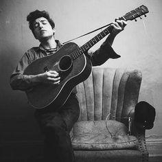 Happy B'day Bob Dylan 75 today. #bobdylan #dylan #robertallenzimmerman #heyjoeretro #heyjoeretromusic #folksingersongwriter #americanmusic #musiclegend #likearollingstone #layladylay #blowininthewind #civilrights #folkmusic #recordstore #vintageshopsaustralia #fremantlevintage #perthvintage by heyjoeretro https://www.instagram.com/p/BFxxhV7PulX/ #jonnyexistence #music