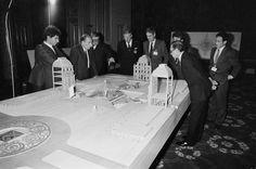 Présentation de la maquette du Louvre à François Mitterrand, le 11 février 1985.  5 AG 4 / SPH 24  (c) Archives nationales, France