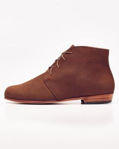 """DESCRIPTION    We borrowed from the boys but we raised the bar with our women's chukka boot. The Harper's clean lines and classic """"chukka"""" boot design are a breath of fresh air; no wonder they're one of Nisolo's most popular shoe styles. Available in an array of warm neutrals, the Harper effortlessly pairs with jeans and a white tee for a casual look or with your favorite dress and leather jacket for an edgy effect.   PRODUCT DETAILS    Full-length, soft leather insole with built-in arch…"""