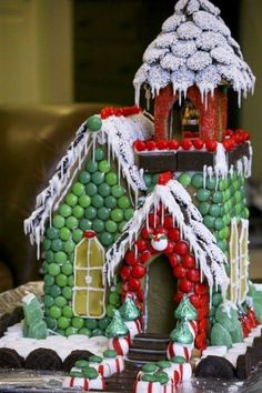 Now this is a gingerbread house! Or a candy house for sure. Gingerbread House Parties, Christmas Gingerbread House, Noel Christmas, Christmas Goodies, Christmas Treats, Winter Christmas, All Things Christmas, Christmas Decorations, Gingerbread Houses