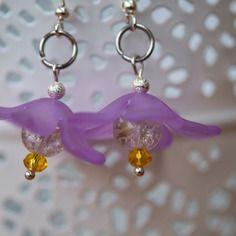 Paire de boucles d'oreille fleur dans les tons de violet et jaune, pour un petit air de printemps