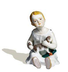Kind mit Schaf sitzend, Bunt staffiert, H 11 cm