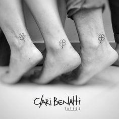 Mini tattoo em família ! #claribenattitattoo #trevo #minitattoo #tattoo2me #tguest #rj #benartti #rabiscaeu #tattoofeminina #fineline #ink #blackwork #tatouage #electricink