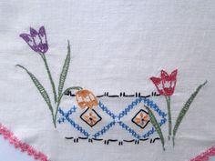 Tulipa clássica bordado de linho -  / Vintage Tulip Embroidered Linen -