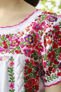 Embroidery Neck Designs, Hand Embroidery Tutorial, Embroidery Patterns, Sewing Patterns, Mexican Embroidery, Embroidery Works, Embroidery Fabric, Mexican Blouse, Mexican Dresses