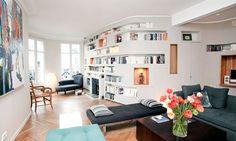 Le plus créatif : le mur arrondi transformé en meuble-bibliothèque - 140 m2 remis au goût du jour - CôtéMaison.fr