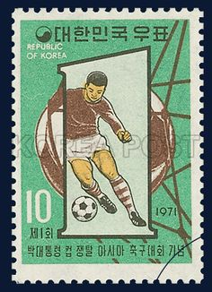 POSTAGE STAMP IN COMMEMORATION OF THE FIRST ASIAN SOCCER GAMES, soccer, football, Sports, Brown, Green, 1971 05 02, 제1회 박대통령컵 쟁탈 아시아 축구대회 기념, 1971년 5월 2일, 736, 1자와 드리볼하는 선수 및 축구공, postage 우표