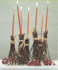 Idee per decorare la tavola di Halloween - Candelabri a forma di scopa della strega