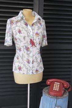 Camisa de flores y cuadros en rojos y verdes M/C con colgante dinosaurio fucsia.   $20  via Bahía, confecciones, recuerdos y puestas de sol.. Click on the image to see more!