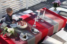 Hetki ennen juhlien alkua. Pöydällä uutuusväri Pisa Designin iso 552k punaraidallinen pöytäliina. #habitare2015 #design #sisustus #messut #helsinki #messukeskus #finnishdesign
