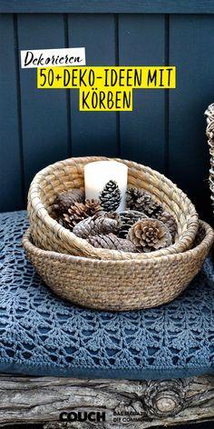 Die Flechtwerke sind an Vielseitigkeit nicht zu übertreffen und sehen dabei einfach klasse aus. Je nach Größe und Form eignen sie sich zur Aufbewahrung oder als Deko-Element. kontrastReich hat ihren Korb mit einer Kerze und Tannenzapfen in Wintergarten platziert. #winter #wintergarten #deko #dekoinspo #korb #tannenzapfen #flechtwerk #vielseitig #einrichten #COUCHstyle Wicker Baskets, Interior, Home Decor, Decorating Baskets, 1950s Decor, Pine Cones, Winter Garden, Basket, Christmas Decorations