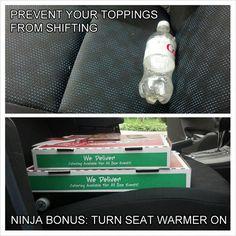 Mettere una bottiglia di soda vuota sotto scatole per pizza per impedire loro di spostare il ritorno a casa.   25 Unexpectedly Genius Household Hacks You'll Wish You'd Thought Of First
