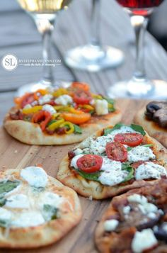 Pizza and Wine Pairing Party Ideas dinner party Outdoor Wine and Pizza Bar Party - bystephanielynn Wine And Cheese Party, Wine Tasting Party, Wine Parties, Wine Cheese, Pizza Y Vino, Wine And Pizza, Snacks Für Party, Appetizers For Party, Wine Appetizers