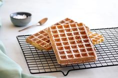 The recipe for light and crispy waffles Crispy Waffle, Travel Cake, Beignets, Cookie Jars, Scones, Delicious Desserts, Sushi, Chicken Recipes, Biscuits